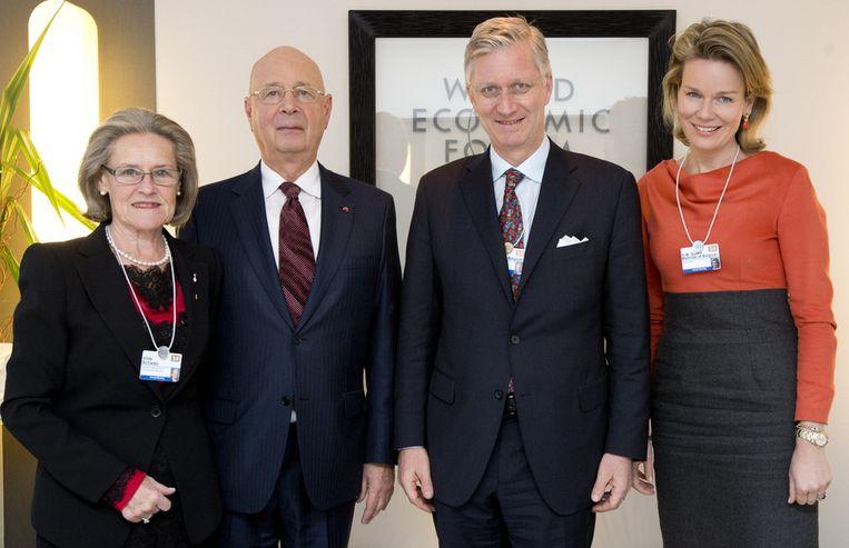 Het koninklijkpaar naast Klaus Schwab en diens echtgenote Hilde. De professor economie richtte de bijeenkomst in Davos in 1971 op. Beeld BELGA