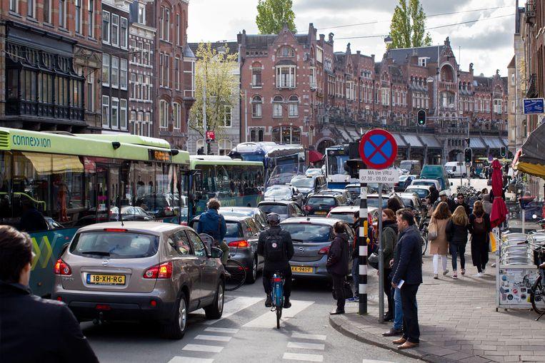 De Raadhuisstraat in Amsterdam. In de binnenstad is 30 km rijden vaak niet eens mogelijk. Beeld Hollandse Hoogte / Thomas Schlijper