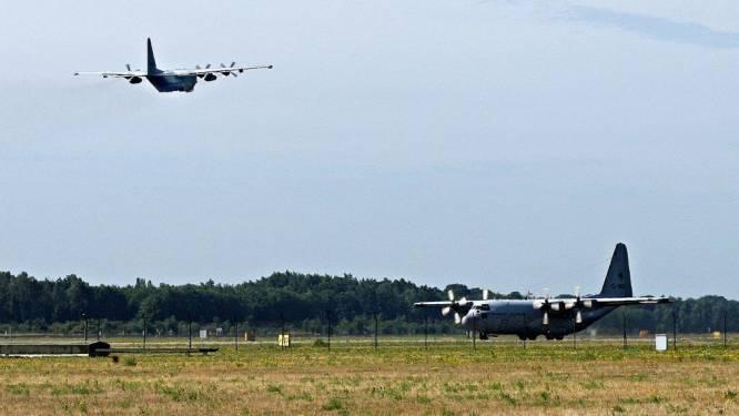 Hercules traint tactische nadering op Vliegbasis Eindhoven