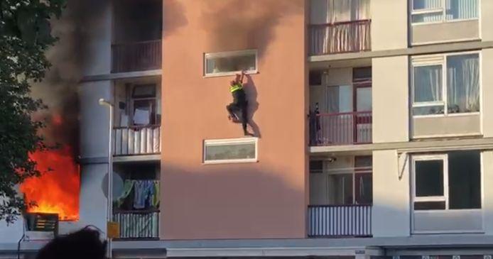 De agent moest van grote hoogte uit een raam naar beneden springen.