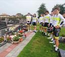 Jonge renners van KVC Meetjesland brachten een ingetogen groet aan het graf.