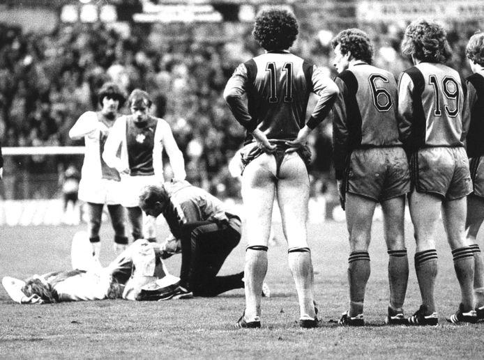 1979: Als reactie op bepaalde scheldwoorden, die het publiek hem toewenste, laat Volendam-speler Frank Kramer, voorafgaand aan het nemen van een vrije schop, op niet mis te verstane wijze zien hoe hij erover denkt.