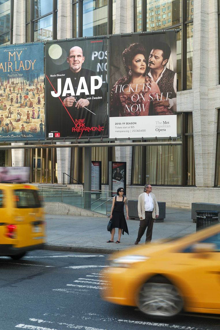 Taxi's flitsen langs de grote aankondiging van Jaap van Zweden in New York.  Beeld ANP