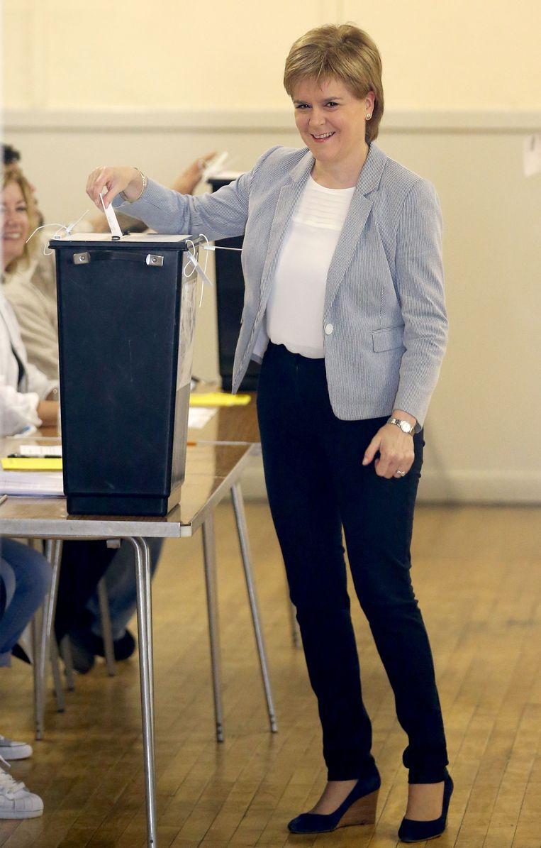 De Schotse minister Nicola Sturgeon donderdag in het stemhokje. Beeld AP