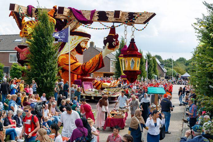 De straten in Sint-Jansklooster worden in het derde weekend van augustus weer gevuld met dahliawagens.