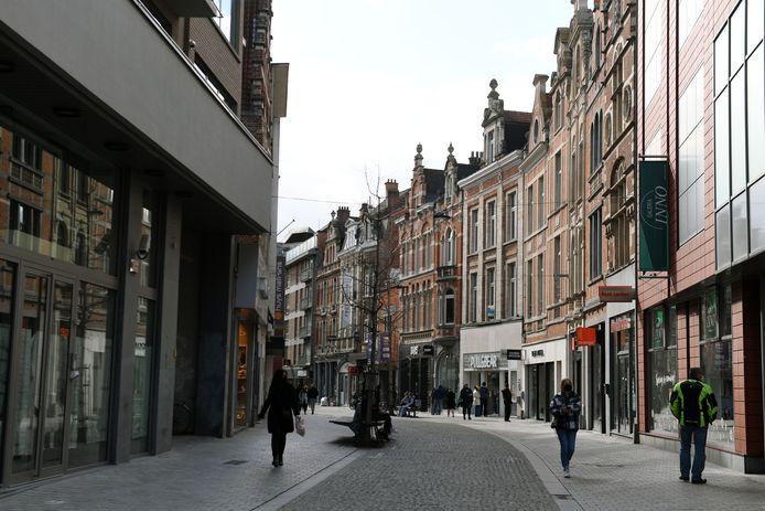 De Leuvense winkelstraten liggen er nogal verlaten bij, nadat shoppen op afspraak werd ingevoerd om de derde coronagolf te bestrijden.
