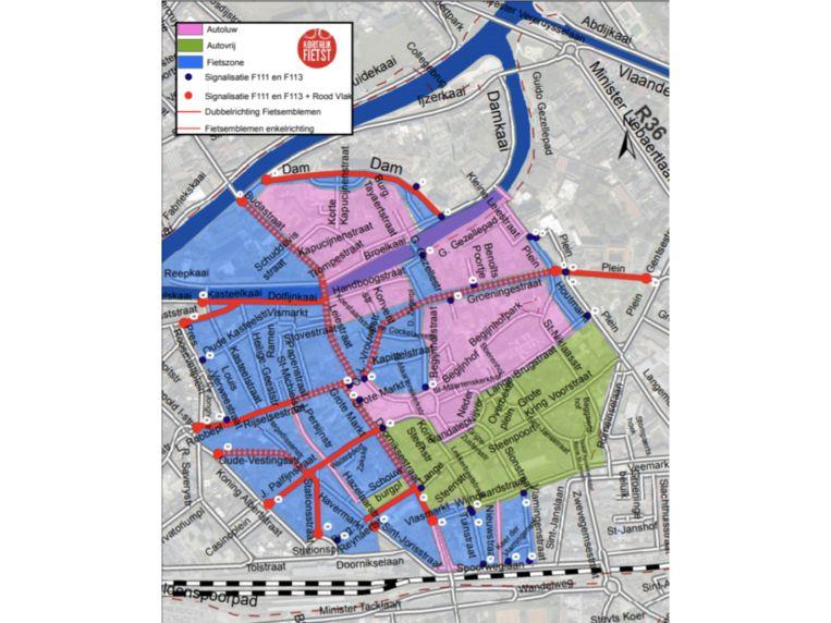 De fietszone: in het blauw de nieuwe fietsstraten, in het roze het al autoluwe deel en in het groen het winkelwandelgebied.
