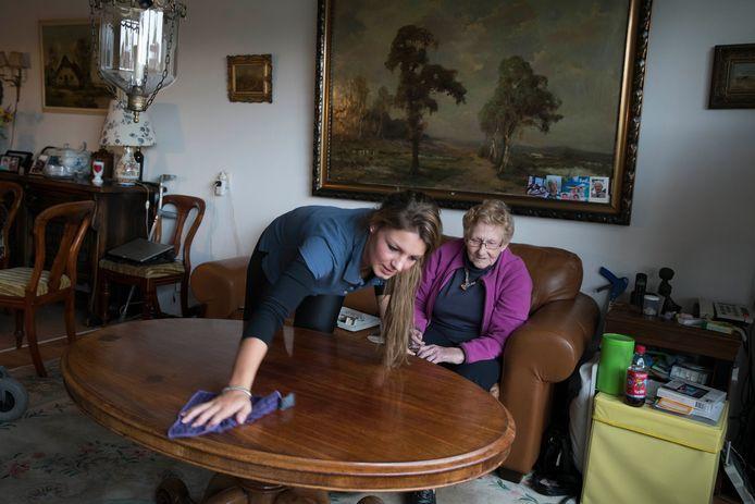 Een huishoudelijke hulp aan het werk bij een van haar cliënten. De foto is niet in Oosterhout genomen.