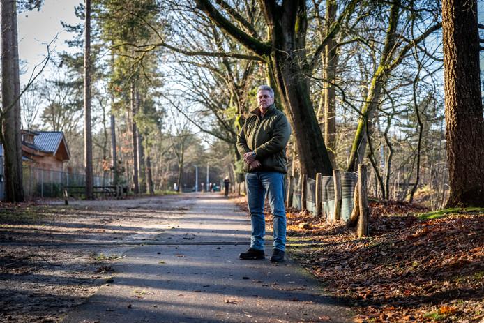 Arie Donck op de plek in Son waar hij in 2011 tegen een fietspaaltje botste.