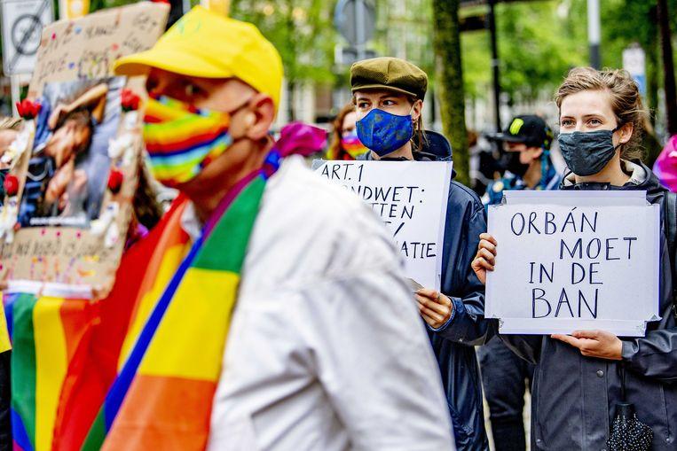Actievoerders tijdens een demonstratie bij het Homomonument. De demonstranten eisen dat de Europese Unie actie onderneemt tegen een Hongaarse anti-LHBTI-wet. In de wet wordt voorlichting aan jongeren over homoseksualiteit en transseksualiteit verboden. Beeld ANP