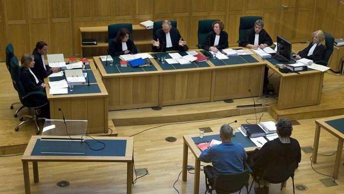 Benno L. (links, onderaan) zit naast zijn advocaat Pieter van der Kruijs tijdens de inhoudelijke behandeling van de strafzaak in Den Bosch, op 31 mei 2010.
