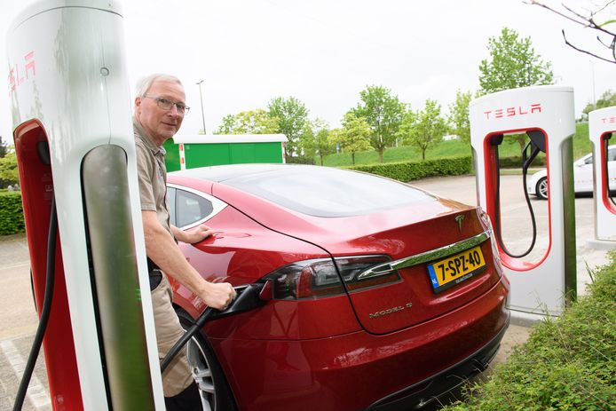Teslarijder Fred van Eenennaam bij de nieuwe Tesla superchargers bij hotel Van der Valk langs de A1.