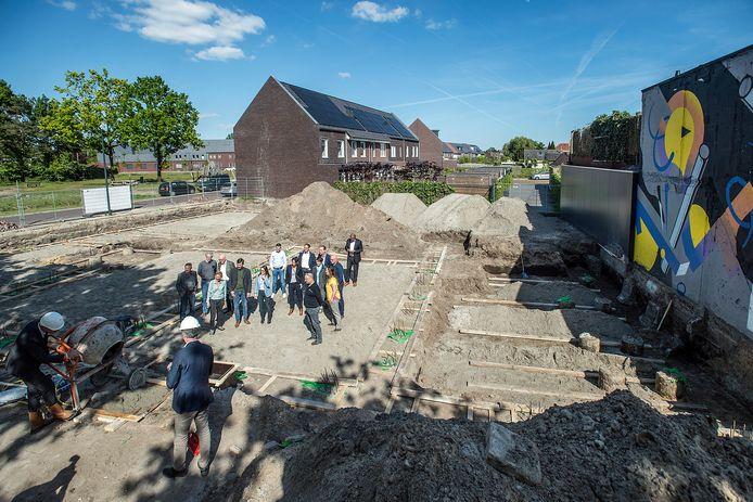 Vorig jaar gaf wethouder Daan Quaars het startsein voor de bouw van zeventien sociale huurwoningen in de Driesprong.