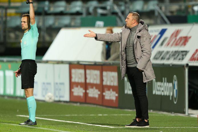 Sjaak Polak coacht langs de lijn in het zo goed als lege stadion van ADO Den Haag. Voor de speelsters van zijn team is het een hele opgave om na de trainingen en wedstrijden op tijd thuis te komen.