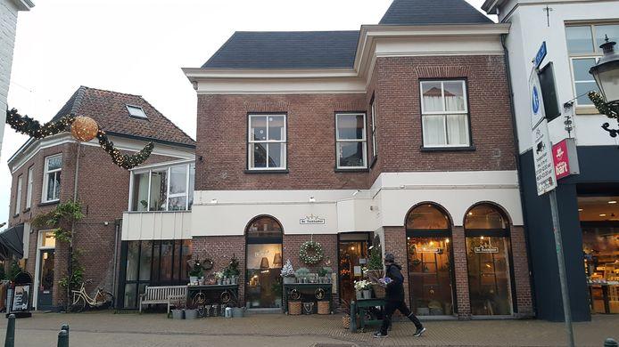 Het pand aan de Bierstraat 36 herbergt nu de Tuinkamer. Het gebouw was eigendom van K. Niekerk toen het in de oorlog onteigend werd. Voor 4329,27 is het aangekocht door C.W.A. v. Gurp uit Den Haag.in februari 1943.