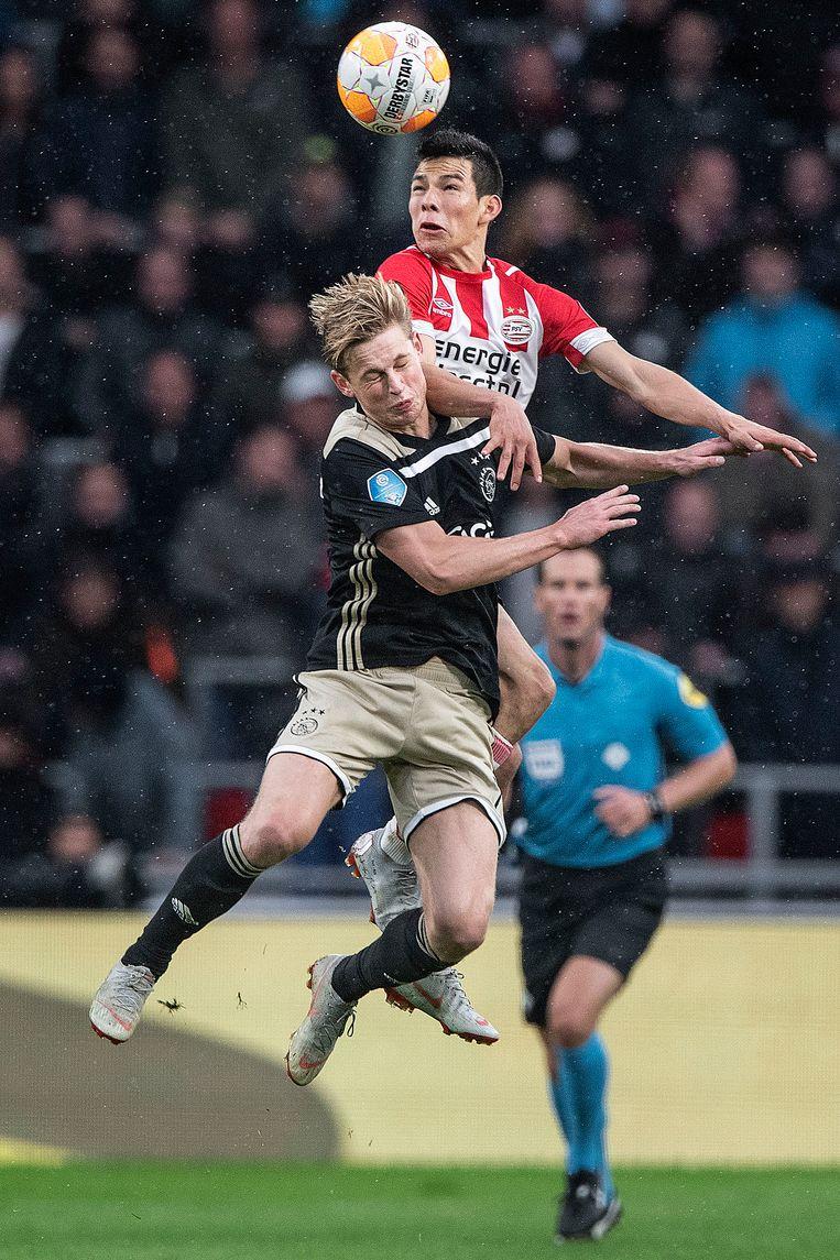 Lozano (boven) en De Jong in duel tijdens de eredivisiewedstrijd in Eindhoven. Beeld Guus Dubbelman / de Volkskrant