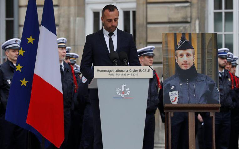 Etienne Cardiles en Xavier Jugelé: eerst uit elkaar getrokken, nu in de echt verbonden. Beeld REUTERS