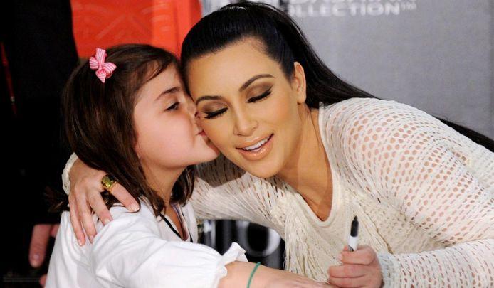 Kim Kardashian met een jonge fan. Foto: EPA