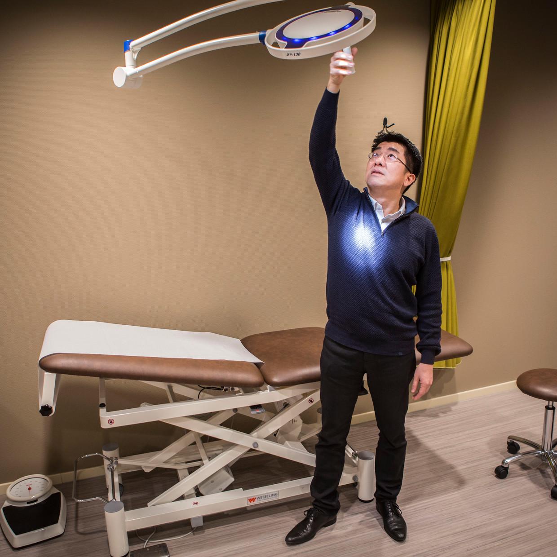 De Rotterdamse huisarts Thao Nguyen moest noodgedwongen zijn praktijk verlaten.