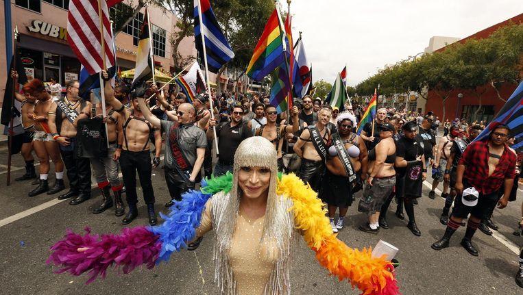 Terwijl in West Hollywood de Gay Pride door Santa Monica Blvd. trekt, worden elders in de VS, zoals in New York en San Francisco, wakes gehouden om de slachtoffers van Orlando te herdenken. Beeld photo News / AFP / EPA