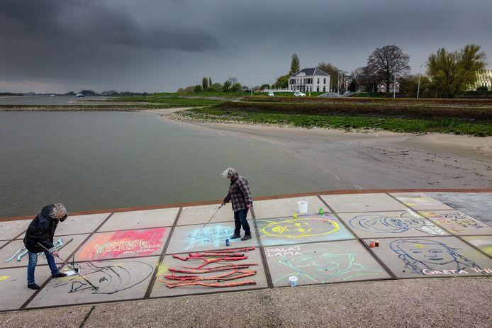 Tekenen voor de Vrede: beeldend kunstenaars Guusje Kaayk (links) en Ans van den Hurk maken op de kades bij Tiel én Wamel portretten op de veerstoep van winnaars van en genomineerden voor de Nobelprijs voor de Vrede.
