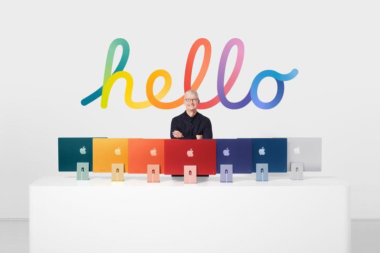 Apple-CEO Tim Cook bij de nieuwe iMac's die in verschillende kleuren komen.  Beeld EPA