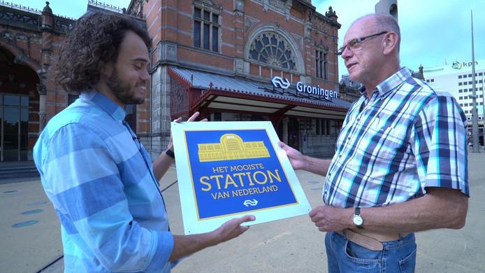 De overhandiging van de plaquette aan stationsmanager Erik van Willenswind.
