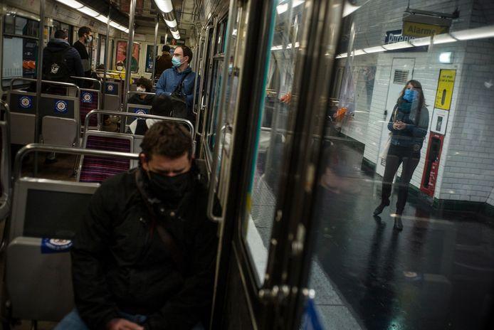 L'Académie nationale de médecine a recommandé ce vendredi d'éviter de parler et de téléphoner dans les transports en commun, même masqué, mais a rejeté la nouvelle recommandation d'abandonner les masques artisanaux face à l'arrivée de variants plus contagieux du virus du Covid-19.