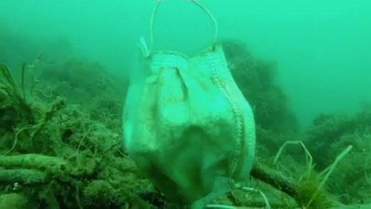 Plastic handschoenen en mondkapjes drijven al in zee