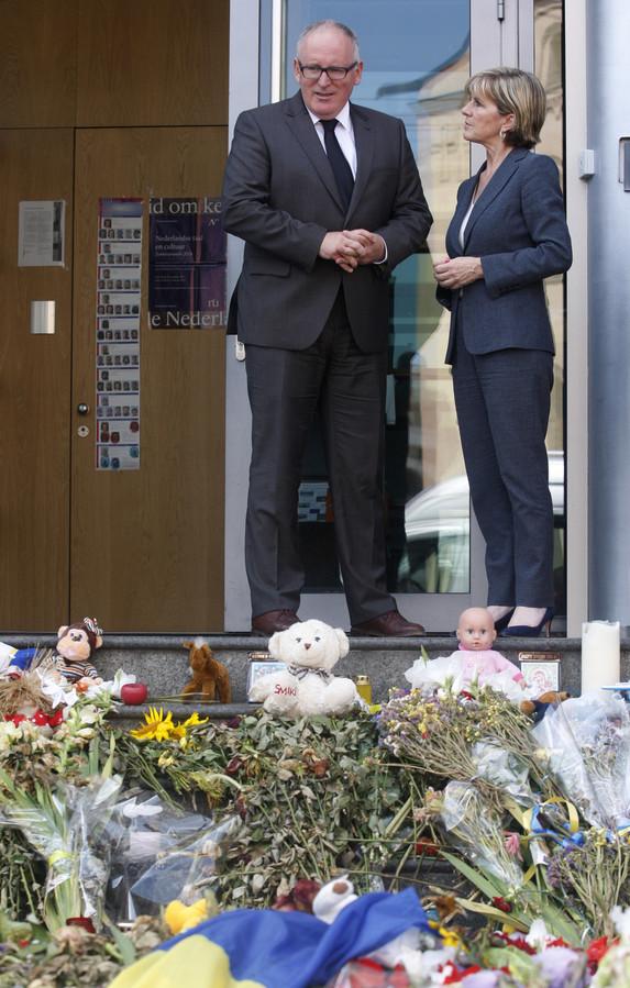 Minister Timmermans staat stil bij de bloemenzee in Kiev