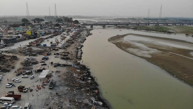 Tientallen lichamen aangespoeld aan oever Ganges nadat crematoria prijzen opdrijven in India