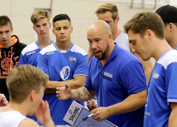 Gregory Tjin-A-Koeng in zijn tijd als hoofdtrainer van Blauw-Wit in Roosendaal.