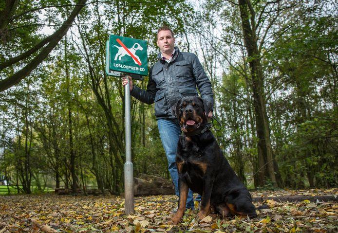 Richard Deijs, voorzitter van vereniging De Alphense Hondenbezitter, met hond Koss.