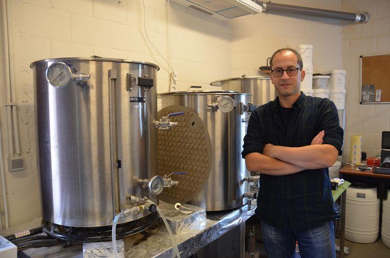 Jimmy Borloo bij de brouwketels in zijn 'Innova Brewery' in Haaltert.