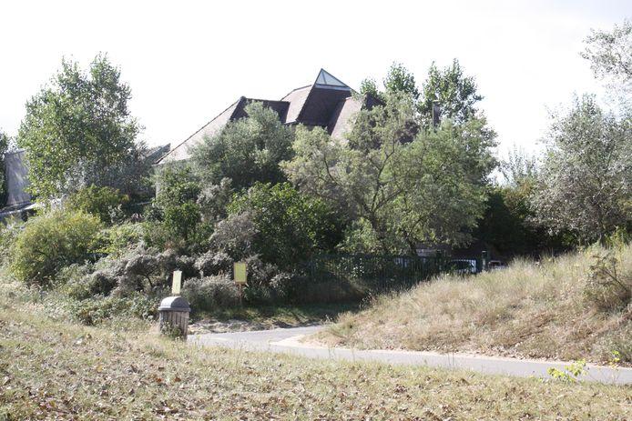 Er loopt een openbaar onderzoek om op dit terrein een appartement neer te poten. Het is gelegen in de Witte Burg in Oostduinkerke.