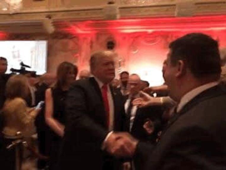 Voor deze wazige foto met Trump had de Roemeense politicus Eugen Tomac een duurbetaald bezoek aan Mar-a-Lago over. Beeld Facebook