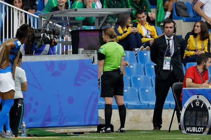 De Zwitserse Esther Staubli is door de - mannelijke - VAR naar de kant geroepen bij het duel tussen Brazilië en Australië.