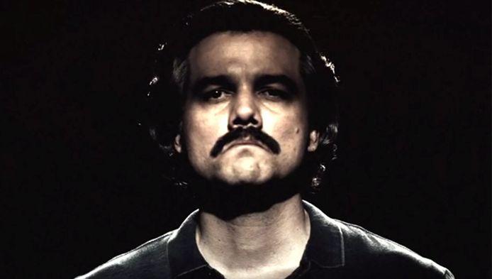 """Wagner Moura, qui joue le rôle de Pablo Escobar dans Narcos, est vivement critiqué par le frère d'""""El Patrón""""."""