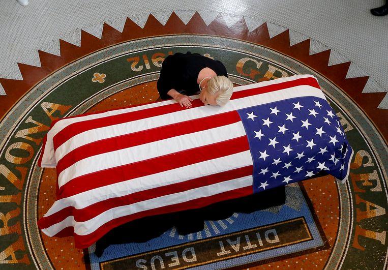 Cindy McCain, vrouw van John McCain, raakte de kist van haar man nog een laatste keer aan tijdens een emotionele ceremonie.