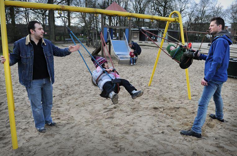 Vaders en hun kinderen op doordeweekse dag in het Julianapark in Utrecht. De vaders hebben papadag. Beeld Marcel van den Bergh
