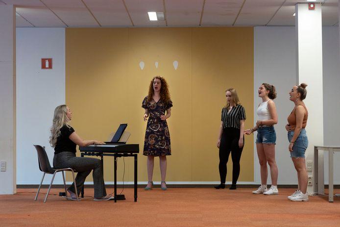Repetitie voor 'Er liep een leeuw door de straat' van de Helmondse Musical Academy met v.l.n.r. Sophie de Ruijter, Charlie Rijvers, Iris Vincent, Floor van der Heyden en Britt Strijbosch.