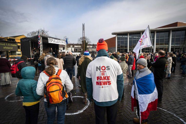 Mensen demonstreren tegen de media en coronaregels in Hilversum.  Beeld EPA