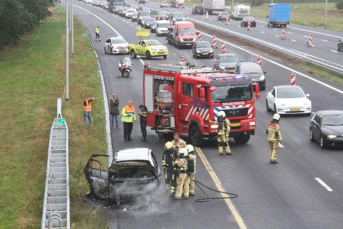 Een auto is woensdagmiddag in brand gevlogen op de A1