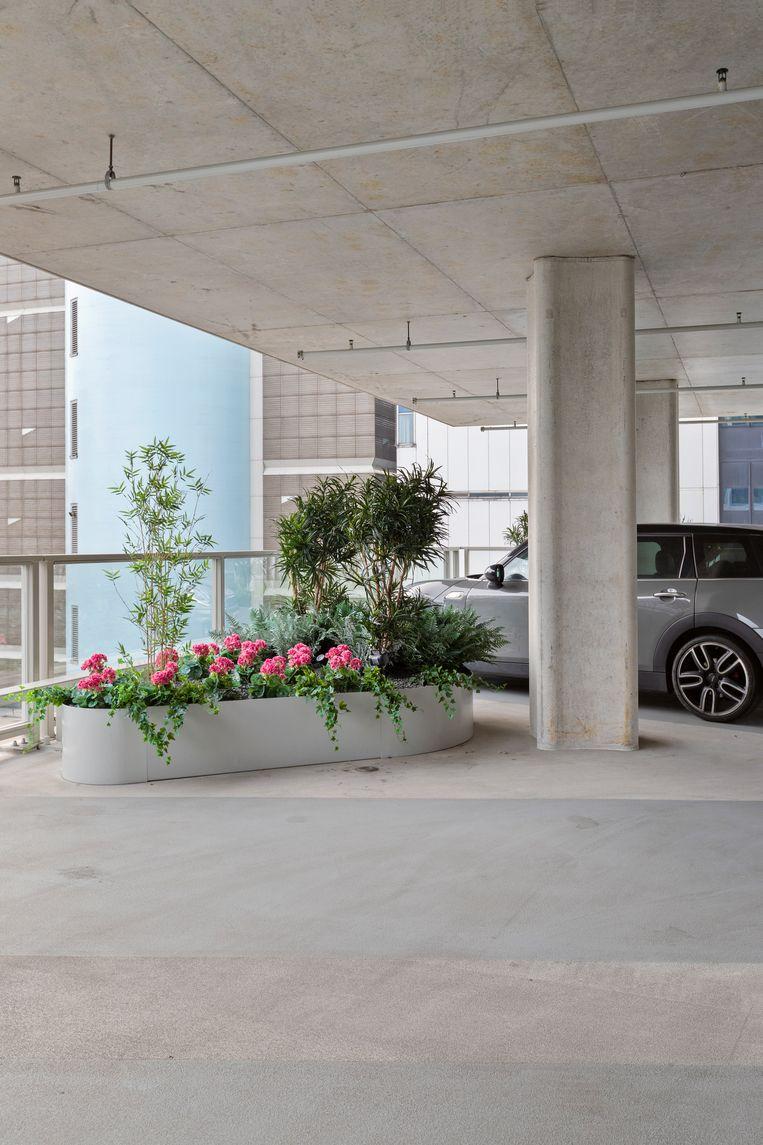 De open parkeerverdiepingen zijn verrijkt met beplanting. Beeld Wiosna van Bon