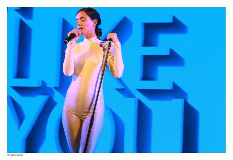 Naomi Velissariou in 'PERMANENT DESTRUCTION – The SK Concert'. Beeld Sanne Peper