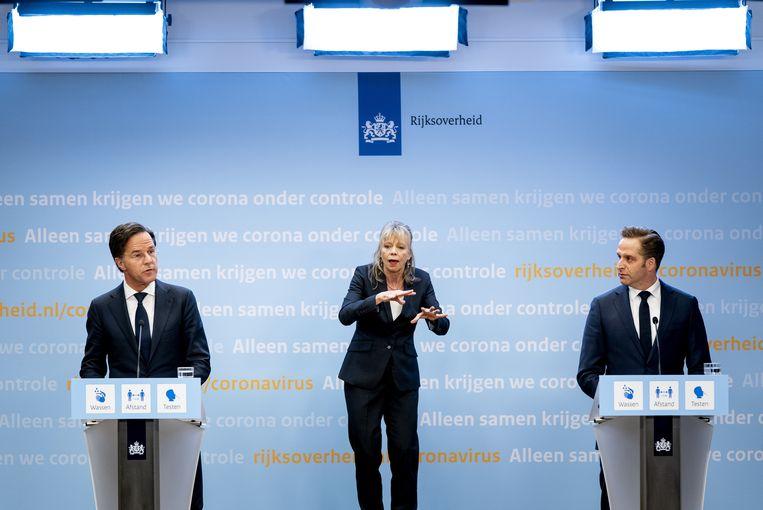 Demissionair premier Mark Rutte en demissionair minister Hugo de Jonge (Volksgezondheid, Welzijn en Sport) tijdens de persconferentie. Beeld ANP