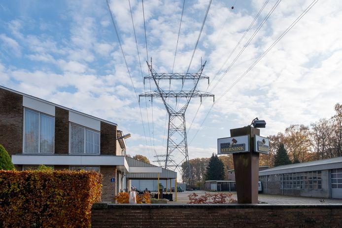 De hoogspanningskabels boven industrieterrein Het Veen in Hattem moeten de grond in. Dan wordt het mogelijk meer woningen te bouwen bij de herontwikkeling van het bedrijventerrein.