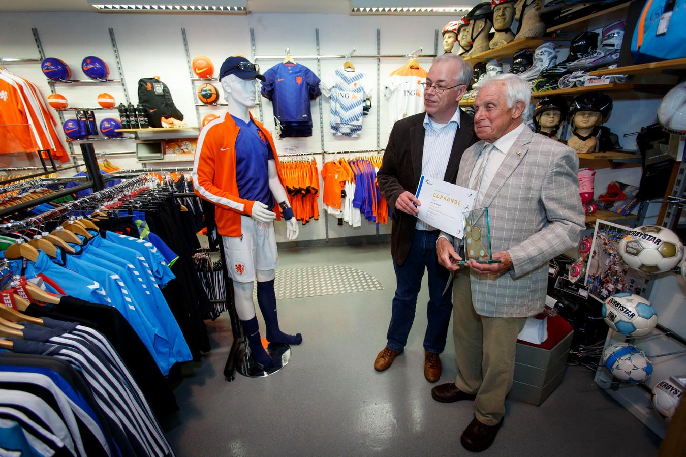Wim de Graaff (rechts) met de MSR-Award, die hij in 2014 ontving uit handen van toenmalig sportwethouder Gerard van der Wees.