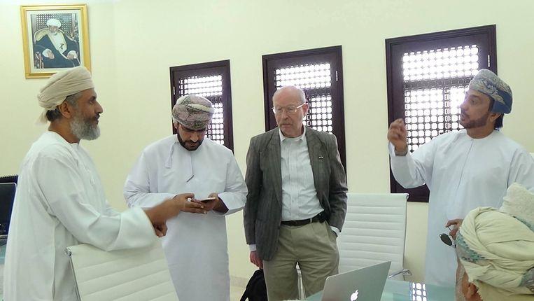 Thomas Milo op bezoek bij de opdrachtgevers in Oman. Beeld TRBEELD