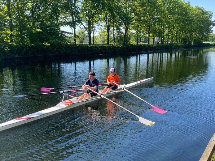 Jasper Lauwerier en Luuk Beele roeiden woensdag 100 kilometer op het Wilhelminakanaal en de Zuid-Willemsvaart